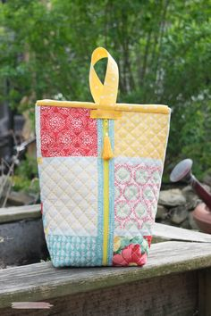 Quick and easy Placemat Pouches Version 4 from Lorrie Nunmaker … Fabric Purses, Fabric Bags, Sewing Crafts, Sewing Projects, Sewing Tutorials, Quilted Bag, Sewing Basics, Pouch Bag, Pouches