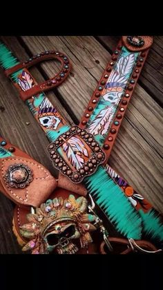 The Cowboy Junkie is the original creator of hand painted tack. You will find beautiful headstalls, breast collars, spur straps, dog collars and more. Barrel Saddle, Barrel Racing Horses, Barrel Horse, Cowboy And Cowgirl, Cowgirl Style, Motifs Aztèques, Westerns, Western Horse Tack, Tack Sets