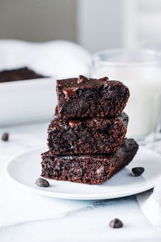 Vegan Avocado Brownies- avocado replaces oil for a richchocolate brownie that's packed full of healthy fats. Refined sugar-free   less than 10 ingredients to make! Mondays should be synonymous with brownies, don't you think? It always helps to have something to look forward to at the beginning of the week and I can't think of …