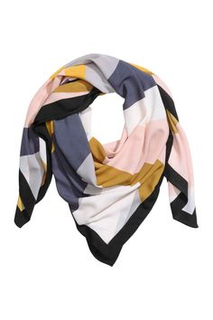 Patterned scarf: Scarf in an airy weave with an all-over print. Size 130x130 cm.