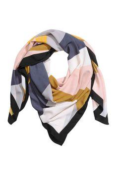 Fular estampado: Fular estampado de tela. Medidas 130x130 cm.