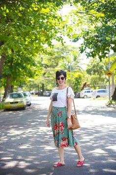 blusa branca com imagem rio e mangas de tule, saia midi verde-água com flores, sandália tipo chinelo vermelha