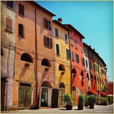 """Piccoli borghi di #Romagna... La #PicOfTheDay #turismoer di oggi ammira le casette colorate che compongono la famosa #ViadegliAsini di #Brisighella ☺️ Complimenti e grazie a @nicole_pasini /  Small hamlets of Romagna... Today's PicOfTheDay turismoer admores the candy coloured houses that compose the famous """"Donkeys street"""" in Brisighella ☺️ Congrats and thanks to @nicole_pasini"""