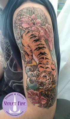 tatuaggio giapponese, tatuaggio japan, tatuaggio animali, tatuaggio tigre, tatuaggio grande, tatuaggio miniatura, tatuaggio artistico - tatuaggio giapponese colori tigre con fiori e bambù su braccio - Violet Fire Tattoo - tatuaggi maranello, tatuaggi modena, tatuaggi sassuolo, tatuaggi fiorano - Adam Raia
