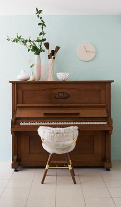 decorating top of piano. would maybe do a larger round mirror instead of clock and I'd use diy red white and blue painted vases. Piano Living Rooms, Home Living Room, Dining Room, Piano Room Decor, Painted Pianos, Painted Vases, Upright Piano, Love Your Home, Home Decor Inspiration