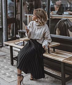The pleated midi skirt - Stylée.fr - - La jupe midi plissée 🖤 How to wear your pleated midi skirt? Tips and ideas on outfits stylee.fr / … Here: Pleated midi skirt + sweater + sandals # JupeMidiPlissée skirt # TenueJupePlissée # # - Mode Outfits, Skirt Outfits, Fall Outfits, Diy Outfits, Summer Outfits, Sweater Skirt Outfit, Early Spring Outfits, Overalls Outfit, Weekly Outfits