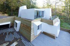 Située sur le bord d'un lac dans l'ouest du Massachusetts, Lake House, a été conçue par Taylor & Miller Architecture et Design. Sa forme apparaît comme