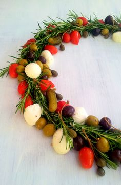 Olive, Mozzarella and Rosemary Christmas wreath Summer Christmas, Christmas Home, Christmas Wreaths, Holiday, Christmas Ideas, How To Dry Rosemary, African Christmas, South African Wine, Gourmet