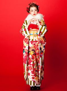 フォトギャラリー 成人式・卒業式の写真撮影・振袖レンタルならaim 東京・原宿 Kimono Japan, Japanese Kimono, Kimono Design, Summer Kimono, Japanese Hairstyle, Japanese Outfits, Japanese Street Fashion, Kimono Dress, Japanese Beauty