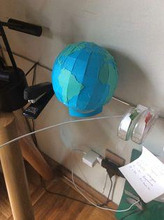 Lindo puzzle de globo terraqueo hecho con papel. Hecho con dos capas de papel español