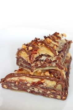 This Nutella Baklava is the best! Crisp buttery layers of phyllo filled with Nutella, chopped hazelnuts and honey that's easy to make and bakes into one amazing dessert! Greek Desserts, Greek Recipes, Fun Desserts, Dessert Recipes, Macaroons, Oreo, Baklava Recipe, Kolaci I Torte, Torte Recepti