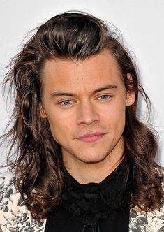 Harry Styles is known for his iconic hair. If you are interested in modelling some of his best haircuts, here are the top Harry Styles cuts for you. Harry Styles Crying, Harry Styles Smile, Harry Styles Baby, Harry Styles Fotos, Harry Styles Memes, Harry Styles Imagines, Harry Styles Haircut, Harry Styles Long Hair, Haircut Style