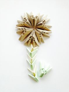 Eine Blume aus Origami-Teilchen - wie macht man sowas? Hier könnt ihr es nachmachen. #origami #origamiblume #origamipaper #origamiart #diy #doityourself #designerleben #schrittfürschritt #anleitung Experiment, Wie Macht Man, Paper Folding, Scissors, Diy, Origami Flower, Tutorials, Flowers, Bricolage