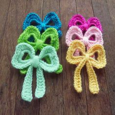 You have to see bow crochet applique on Craftsy! - Looking for crocheting project inspiration? Check out bow crochet applique by member bySol. Appliques Au Crochet, Crochet Bows, Crochet Girls, Love Crochet, Crochet Motif, Diy Crochet, Crochet Crafts, Crochet Flowers, Crochet Projects