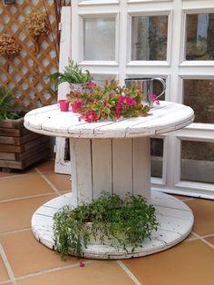 Carrete reciclado en mesa Electrical Spools, Wooden Cable Reel, Cable Spools, Potting Sheds, Wooden Spools, Country Crafts, Ffa, Porch Decorating, Vegetable Garden