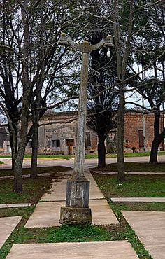 Antigua farola de cemento de la plaza central de Irigoyen, próximas a ser reemplazadas por otras de estilo colonial.