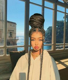 All styles of box braids to sublimate her hair afro On long box braids, everything is allowed! For fans of all kinds of buns, Afro braids in XXL bun bun work as well as the low glamorous bun Zoe Kravitz. Braided Hairstyles For Black Women, African Braids Hairstyles, Braids For Black Hair, Braid Hairstyles, Protective Hairstyles, Protective Styles, Braids For Black Women Box, Wedding Hairstyles, Hair Buns