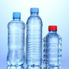 Des traces de pesticides et de médicaments ont été trouvées dans environ 10% des eaux en bouteille. Voilà ce qu'affirme une étude de 60 millions de consommateurs.