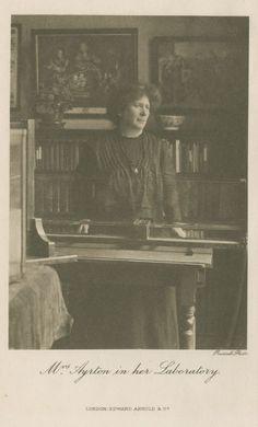 """#10 Hertha Ayrton (1854-1923). Fue la primera mujer  Miembro de la Institution of Electrical Engineer  en 1899, donde presentó su trabajo """"The Hissing of Electric Arc"""".  Recibió la Huges Medal de la  Royal Society en 1906.  En 1910 publicó  """"On a New Method of Driving off Poisonous Gases""""  que se aplicó en la evacuación de gases de las trincheras durante la primera guerra mundial. Trabajó en electricidad  y dinámica de fluidos."""