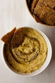 Os dejo otra receta con aguacate, esta vez un hummus de aguacate que está brutal y no puede ser más sencillo. Se prepara en 5 minutos y te soluciona el entrante o aperitivo de cualquier comida o cena. Tienes que acompañarlo sí o sí de unos buenos nachos caseros o de un pan recién hecho …