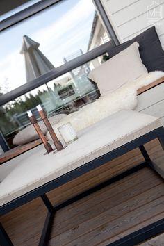 Valkoinen harmaja. Betonipöytä