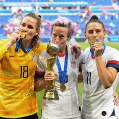 Ali Krieger, Meghan Rapinoe e ashlyn harris - Sports NEWS World Cup Teams, Fifa Women's World Cup, Megan Rapinoe, Meryl Streep, Team Usa, A Team, Female Soccer Players, Ashlyn Harris, Abby Wambach