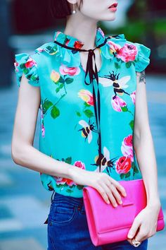 g green ruffle floral silk top here, find your blouses at dezzal, huge selection and best quality. Floral Blouse, Floral Tops, Street Style Shoes, Mode Top, Creation Couture, Over 50 Womens Fashion, Corsage, Plus Size Fashion, Casual Outfits