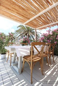 Yesterday a great new beach club officially opened its doors, called Beachouse Ibiza. From the same owners as the other successful beachclub called El. Outdoor Chairs, Outdoor Furniture Sets, Outdoor Decor, Large Round Table, Comfort Design, Tiny House Cabin, Beach Gardens, Beach Bars, Pergola Shade