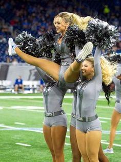 Raiders Cheerleaders, Hottest Nfl Cheerleaders, Football Cheerleaders, College Cheerleading, Cheerleading Pictures, Cheerleading Outfits, Professional Cheerleaders, Up Girl, Sport Girl