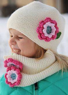 Çocuklar için çiçekli atkı ve bere modeli