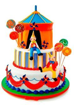 O bolo representando um circo pode ser todo falso ou ter o andar de cima comestível. Da La Vie en Douce (www.lavieendouce.com.br). R$ 1.730 com andar de cima comestível. Preço consultado em outubro de 2012. Sujeito a alteração