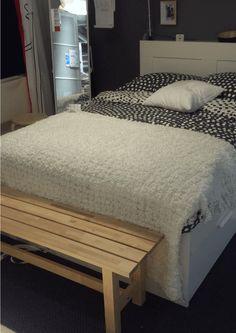 Gespot in IKEA Utrecht, even je sokken aandoen of je make-up nog even bijwerken. Neem even plaats op dit bankje aan het eind van je bed. Praktisch en het ziet er ook gewoon leuk uit. #IKEAcatalogus