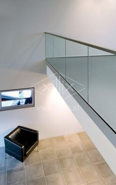 volledig glazen balustrade bij een vide xillix.nl Balustrades, Glass Balustrade, Glass Railing, Balcony Railing, Railing Design, Staircase Design, Glass Balcony, Stair Handrail, House Stairs