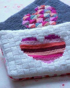 Stitched hearts - tutorial./ Cartuchera o porta-cosmetico hecho con lana sobre una malla plastica tipo mosquitero.