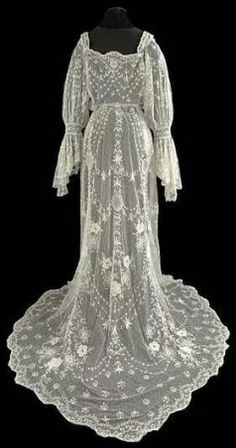 Vestir a la Moda. --Tambour Wedding Dress Circa 1905 Courtesy of The Lace Guild Museum ~ UK Vestidos Vintage, Vintage Gowns, Vintage Lace, Vintage Outfits, Antique Lace, Vintage Costumes, Beautiful Gowns, Beautiful Outfits, Edwardian Fashion