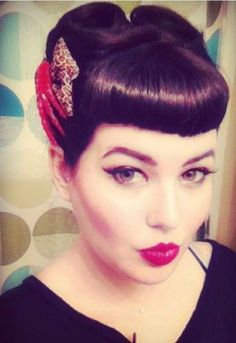 Vintage Hairstyles With Bangs Victory Rolls with Bangs Retro Hairstyles, Hairstyles With Bangs, Wedding Hairstyles, Maquillage Pin Up, Bangs Updo, Hair Bangs, Betty Bangs, Rockabilly Hair, Rockabilly Style