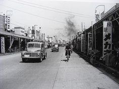 昭和30年、平塚の商店街、銀座通りです。                                                                                                                                                     もっと見る