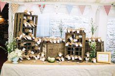 Móveis de madeira e caixotes de feira reaproveitados são ótimas adições à decoração para um casamento rústico!