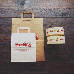 Бумажные пакеты и стикеры с логотипом
