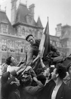 Août1944 : la liberté guidant Paris - Libération. Un soldat de la division Leclerc est acclamé par la foule sur la place de l'Hôtel de Ville, à Paris 26 août 1944. AFP PHOTO A French soldier of the Leclerc Division riding a tank is greeted by Parisians on August 25, 1944 in front of the city hall during the military parade marking the Liberation of Paris during World War II. AFP PHOTO (AFP)