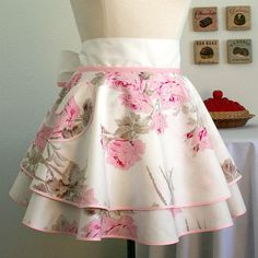 Retro Floral Hostess Apron, makes me want to wash dishes Retro Apron, Aprons Vintage, Pink Apron, Shabby Vintage, Vintage Fabrics, Vintage Skirt, Vintage Sewing, Cute Aprons, Moda Chic