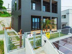 海外の住宅をイメージしてオーダーした金網フェンス。 Tiny Container House, Diy Interior, Modern Industrial, Fence, Facade, My House, Terrace, Building A House, Entrance