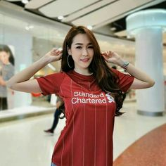Classic Football Shirts, Football Fans, Liverpool Girls, Liverpool Wallpapers, Football Outfits, Amy, Free Hair, Asian Girl, Curly Hair Styles