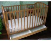 Varie attrezzature per neonato. Lettino, carrozzino, ovetto e sponda letto.