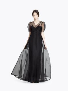 Вечернее платье CYRILLE GASSILINE, полуприлегающего силуэта, длиной в пол. Платье с фигурными рельефами по лифу и юбке. В среднем шве спинки - застежка встык на бтяжные пуговицы и кнопки . Горловина с V-образным вырезом. Рукав короткий с складкой по низу. Нижнее платье на бретелях. Лиф платья двойной. В левом боковом шве - застежка на потайной молнии. Шелк52%, Хлопок48%, Вискоза 53%, Рэйон47% Цвет: кручинный 88 000 Руб.