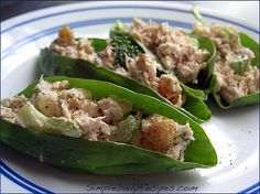 Tuna Salad Wraps 1 (12 ounce) can light tuna 1/4 cup chopped celery 1/4 cup chopped broccoli 1/4 cup golden raisins 1/2 cup chopped apple 1 tablespoon fresh lemon juice 1/2 cup mayonnaise salt & pepper to taste fresh spinach leaves, rinsed clean