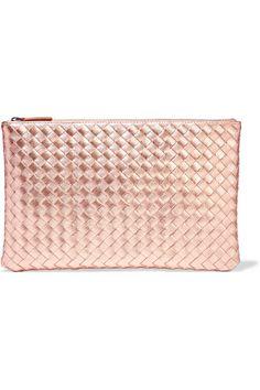 Cuir texturé couleur or rose (agneau) Fermeture à glissière sur le dessus Livrée avec une housse de protection Fabriquée en Italie