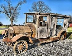 Nothing is immune from the ravages of rust. This old hearse is decaying like those it carried to graveyards so many times. Abandoned Cars, Abandoned Places, Abandoned Vehicles, Vintage Cars, Antique Cars, Flower Car, Rust In Peace, Rusty Cars, Barn Finds
