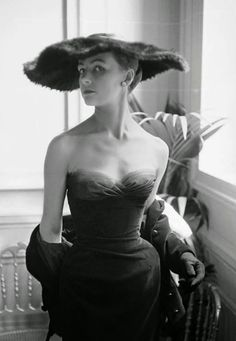 Dior Fur Hat -Paris, Seen here is model Eugenie Mauffret modeling gown and fur hat from Dior's Autumn/Winter 1954 Haute Couture, H Line collection. Shaw captured her on the famed Dior stairwell inside 30 Avenue Montaigne. Vintage Vogue, Vintage Dior, Vintage Couture, Mode Vintage, Vintage Glamour, 50s Vintage, Fashion Models, Dior Fashion, 1950s Fashion