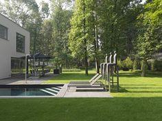 Veel kunst in deze tuin van Puurgroen. #kunst #zwembad #ligbedden